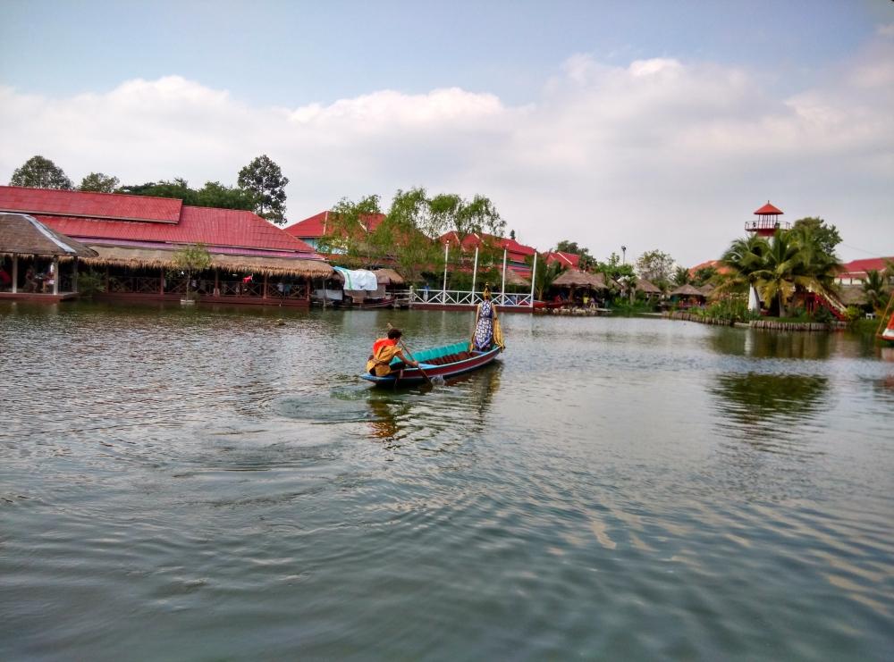 Performance at Floating Market Hua Hin